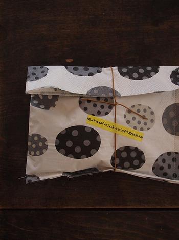 端を縫い合わせるだけでこんなにおしゃれなラッピング袋になりますよ。シンプルな紐を結ぶだけで様になります。
