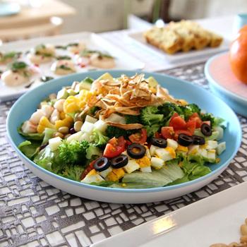 水色のお皿に、黄色い食材が映えますね! こちらは「1616 / Arita Japan」という有田焼のブランド。フランスのデザイナーとコラボレーションしたモダンなデザインが素敵です。