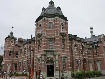 2012年8月まで岩手銀行の業務が行われていた赤レンガの建物は、今は文化財として一般公開されています。東京駅を設計したことで知られる辰野・葛西建築設計事務所によるものです。