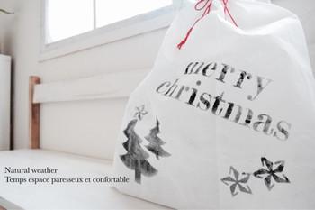 真っ白な不繊維布にステンシルをするとオリジナルのラッピング袋が簡単に作れます。モノトーンカラーで大人っぽく、カラフルでポップに…色々アレンジできそうです?お子さんと一緒に作るのも楽しいですね。