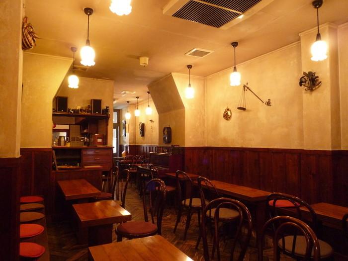 シャンソンが流れ、絵画が壁に飾られているレトロな喫茶店です。時間を忘れてゆっくりしたいお店です。