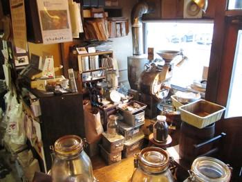 自家焙煎コーヒー豆の喫茶店「クラムボン」。コーヒー豆の販売も行っています。お店が近づくとコーヒーの良い香りが漂ってきて、迷わずお店にたどり着けるはずです。