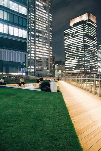 KITTEガーデンは、無料で入ることができ、ウッドデッキを歩きながら東京駅周辺の景色を眺めることができます。雰囲気がいいのでデートコースとしてもおすすめです。