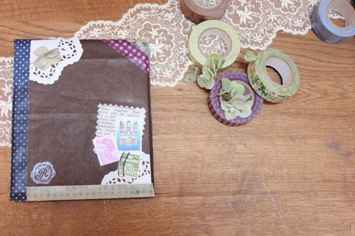 プレゼントの包み紙も、マスキングテープで縁取りをすると華やかになりますね。古い外国の切手やシールなどと組み合わせてアレンジするのも良いですね。