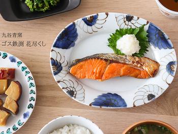 こちらは九谷青窯のプレート皿。 日本の焼き物なので和食にピッタリ!合わせやすい大柄の花模様なので、もちろんオムレツやハンバーグなど洋食にもアレンジ自在。