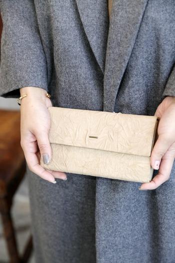 PAPER CRAFT LONG WALLET(ペーパークラフト ロングウォレット)は、その名のとおり、まるで和紙から作られたかのような質感とシワの織りなす陰影が美しいお財布。普段使いにも冠婚葬祭の場でも重宝しそう。