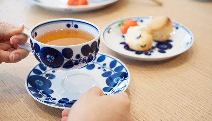 こちらは冒頭のプレートでもご紹介した白山陶器のブルームのカップです。 ソーサーも揃えて使いたいちょっと北欧風のデザインが素敵ですよね。