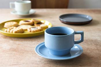 爽やかなブルーは、朝のコーヒータイムにぴったり!青色食器の手始めにカップから始めてみては?