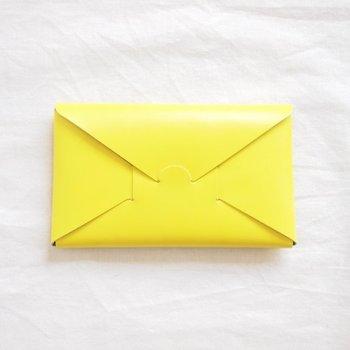 封筒のような素敵なデザインのseamless long wallet (シームレス ロングウォレット)は、縫い目が一切なく折り紙を折り込むかのように、牛革で組み立てられています。2017年SSの新作ですが、スリムで洗練されたデザインが早くも多くの人々を魅了しています。