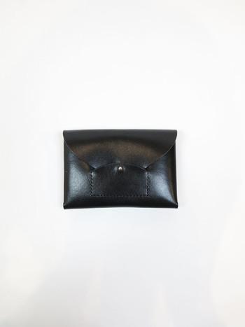 手のひらに収まる今コンパクトなデザイン。定番人気のRIRAC MINI WALLET(ライラックミニウォレット)は、イタリアンレザーで作られており、シンプルながらピンボタンがおしゃれなお財布です。経年変化によりさらに艶感が増していきそうですね。