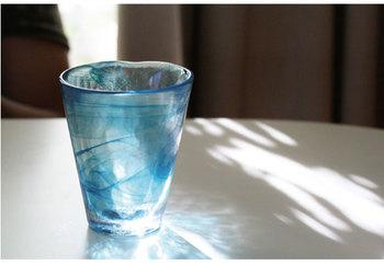 kostaboda(コスタボダ)のマインタンブラーは、まるで水の流れを感じさせてくれる清涼感たっぷりなタンブラーです。一つ一つ手作りのタンブラーは、厚みもあって、ずっしりと重みがあるから、安定感もばっちり。