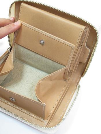 小さくとも収納力は抜群!大きく開くコインケースや、じゃばらになったカード入れ部分が使い勝手がよく普段使いにおすすめです。