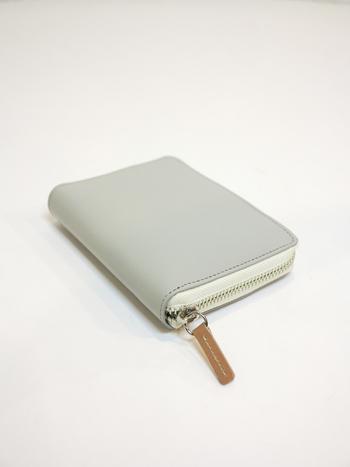 POP-UP MEDIUM WALLET(ポップアップミディアムウォレット)なら、コンパクトでパンツのポケットにも収まりそう。小さめバッグが好きな人や荷物を少しでも減らしたい人におすすめです。