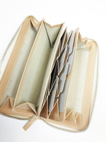 じゃばらになっているので、ガバッと開けばどこに何があるのか一目瞭然。カード部分は出し入れしやすい縦型で収納力も抜群。ポケットがたくさんあるので家計の仕分けにも◎使い勝手のよいお財布です。