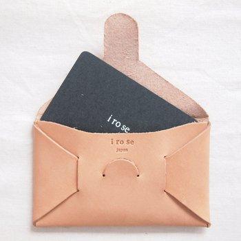 カード入れが3ヶ所と、間仕切りが1つ。カードが厳選されお財布の整理整頓を余儀なくされるので、いつもスマートでいられそう。通帳やスマホを入れても◎