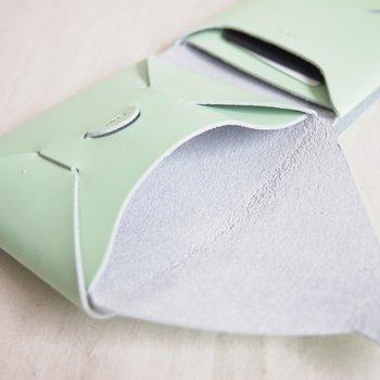 可愛らしくてもわりと収納力のあるコインケースになっています。カード入れやお札入れも独立しているため、きれいに収納できそうですね。春にぴったりな爽やかなミントグリーンは気分も上がりそう。