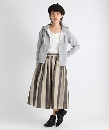 インパクトのあるストライプ柄スカートも、同色系のパーカーと合わせればナチュラルな着こなしに。コーディネートの中和役の「グレーパーカー」は1枚あると便利ですよ。