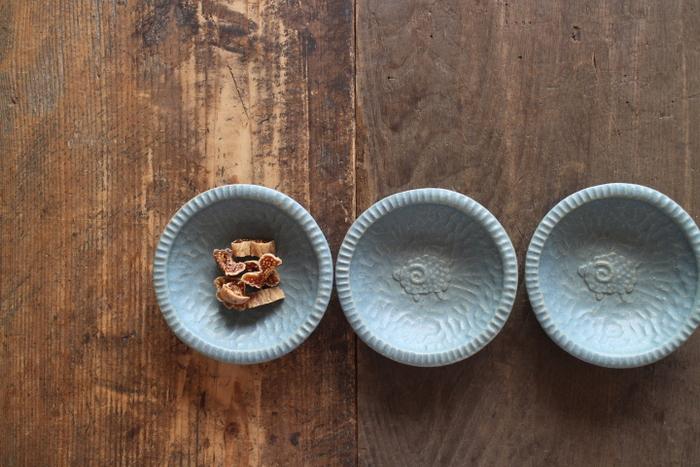 ブルーグレーの小皿もあるんです。鮮やかな青と違った、ブルーグレーの深みが食卓に落ち着きを与えてくれますよ。