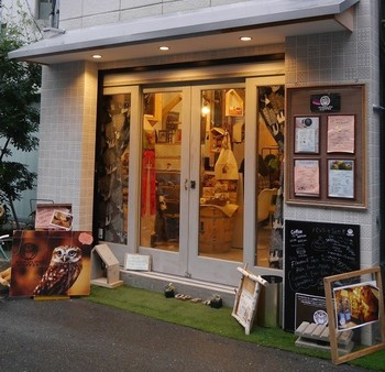 「HUKULOU COFFEE」は大阪・中崎町にあります。おしゃれな可愛いカフェ風の外観。