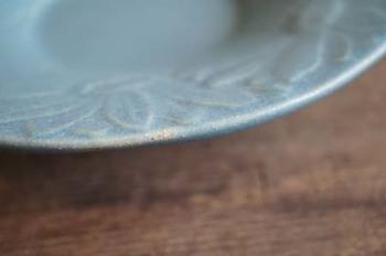 よしざわ窯の作品は、毎日使うものだからこそのこだわりも。お皿の縁は、丸みをもたせてあって、手触りがいいんですよ。