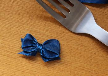 オリジナルの小さなリボンがなんとフォークで作れちゃいます。リボンを何種類か組み合わせて、プレゼントのラッピングもより素敵になりますね。
