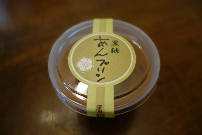 「黒糖 あんプリン」は、通常のプリンのカラメル部分に小豆と黒みつをゼリー状にしたものが入った和洋折衷スイーツ。抹茶味とプレーンの2種類あります。水ようかんの製法で制作された、生クリームたっぷりのなめらかな口どけの濃厚な和風プリンに、あんこと黒蜜のゼリーが良く合います。濃厚で食べ応えも抜群!