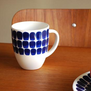ARABIA 24h(アラビア)のトゥオキオシリーズのマグです。規則正しく並んだ柄が可愛らしいですよね。このデザインならコーヒー・紅茶に限らず、緑茶や烏龍茶にもピッタリ!