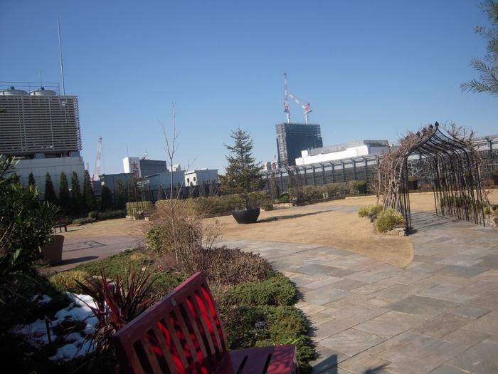 天気のいい日には、こんなベンチにゆっくり腰かけて物思いにふけってみるのもいいかも…。