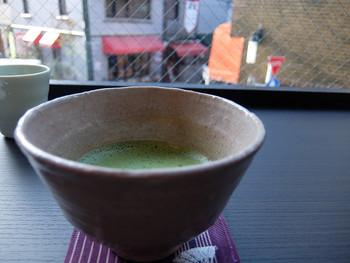 元町仲通りと代官坂を眺めながら和菓子やお食事をいただける、ほっとひと息できる空間です。