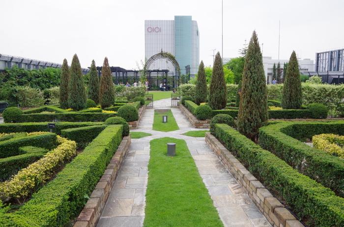 四季の花々をめでながら、リラックスした時を過ごせる英国式庭園です。