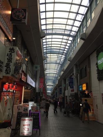 JR高円寺南口を出て、Pal(パル)商店街を突き進みます。 パル商店街をそのまま直進すると、途中から商店街の名前がルック商店街に変わります。ルック商店街に変わったら、あと少しです!そのまま商店街を突き進み、少しした左手に七つ森はあります。