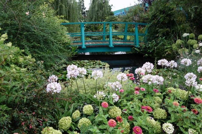 都会のコンクリートジャングルにいると、緑の多いところでのびのびとしたくなるものですね。遠くまで行かなくても、身近なところで自然を楽しめると今注目されているのが「屋上庭園」です。東京都内で豊かな緑を楽しめるおすすめの屋上庭園をご紹介します。