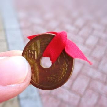 そして、七つ森の名物といえば、お釣りの5円玉です。 今後のご縁を願ってか、各5円玉には小さなリボンが結ばれているのです。 このささやかなサプライズのためにお店の方が小さなコインにリボンを結んでいることを考えると、なんだかほっこりした気持ちになりますね。 ちなみに、各メニューの価格は5円玉のおつりが出やすいように工夫されているそうですよ☆