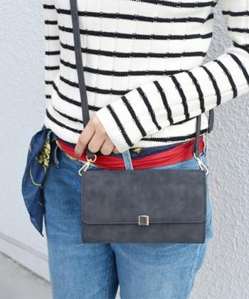 スウェード調のマットな質感がポイントのお財布ショルダー。クラッチバッグとして使ってもおしゃれな雰囲気になりそう♪ どんなコーディネートにも合わせやすいシンプルなデザインなので長く使えそうですね。