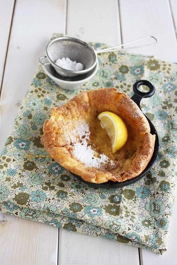 """『ダッチベイビーパンケーキ』 一般的なパンケーキはフライパンで焼きますが、オーブンを使うのが""""ダッチベイビーパンケーキ""""。卵と牛乳と塩と小麦粉だけで作ります。材料を混ぜ合わせ、生地を型に流し込んでオーブンで焼くだけ!簡単にこんなにふんわりしたパンケーキが出来ちゃうんです。"""