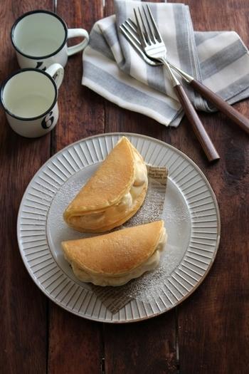 """『オムレット風パンケーキ』 市販のパンケーキを使って作る、ふわふわで美味しい""""オムレット風パンケーキ""""♪パンケーキをレンジであたため、すぐに2つ折りにラップで包んで冷ませば、オムレットが作れるんです。トッピングはお好みで、生クリームやフルーツなんかが美味しそう。"""