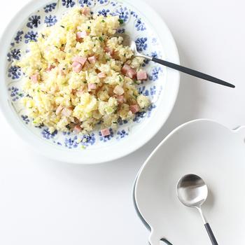 日本の伝統工芸・瀬戸焼で作られていますが、いつもの食卓にすっと馴染むのが嬉しい♪品のある藍色で描かれた小花柄は、流行に関係なく、長く愛用できるデザイン。