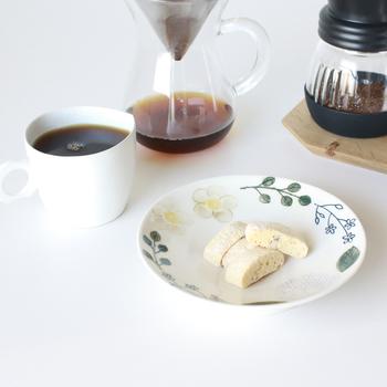 ダリアが描かれたお皿は、どこかノスタルジック。コーヒーのお供のパンや焼き菓子を乗せれば、それだけでお洒落な雰囲気に。