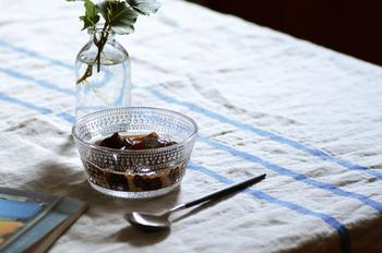 シンプルなリネンのテーブルクロスがあれば、それだけでナチュラルな食卓に。お花を一輪置くと、ぐっとオシャレな雰囲気を高めてくれますね。