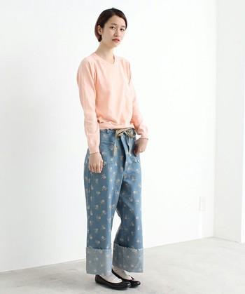 パンツにボタニカル柄wp取り入れるときには、その他のアイテムはシンプルに。ブルー×ピンクで定番コーデもトレンド感をプラス。