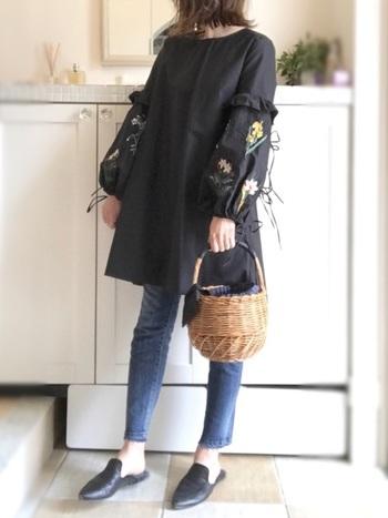 こちらもZARAから、刺繍チュニック。シンプルなAラインシルエットだけど、袖にあしらわれたお花の刺繍やリボンが、女性らしさを引き立たせます。かごバッグともとてもお似合いです。