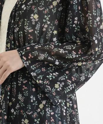ボタニカル柄は、花柄以外にも草などが描かれている柄のこと。ですので、よくある花がらもボタニカル柄の一種ということになります。小さな柄のものは大人っぽく上品に、大きな柄はカジュアルにアクセントをみせてくれます。