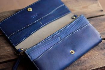 ファスナーポケット、お札ポケットの他にカードポケットがなんと12ヶ所も!さらに嬉しいのは比較的軽量に作られている点です。小銭やカードを入れると自然と重みが出てしまうので、お財布自体が軽いのは嬉しいですね。