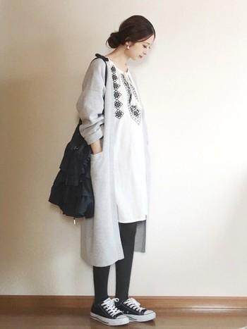 エスニックな刺繍チュニックをメインにモノトーンでまとめて。肩の力の抜けた自然体な着こなしが素敵です。
