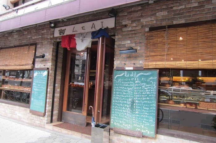 パン屋さん『ル・アイ』レンガづくりの外観と、独特な看板がかわいいですね。フォカッチャやクロックムッシュなど、こってり系のおかずパンが人気です。