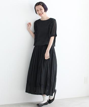 ブラックでトータルコーデ。襟付きのシャツだと印象が堅くなりすぎますが、ノーカラーのブラウスなら女性らしさを残しつつ、程よくカジュアルに。