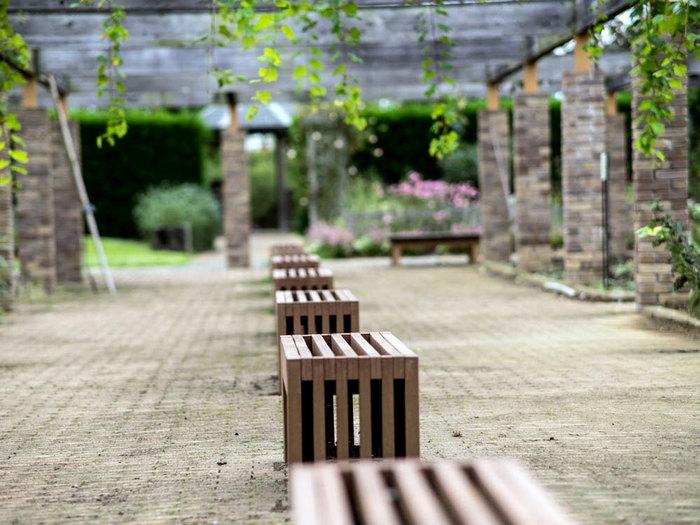 ガーデン内は各所に東屋・ベンチが設けられています。散策に疲れてもお花に囲まれてゆっくり休憩すればすぐに元気に♪お弁当の持ち込みもOKです。芝生広場でゴロンとくつろいでも気持ちよさそうですね。 ガーデン内にはレストランとお土産ショップが、道路を挟んで向かいにはJAの産直施設があります。気になった花の苗や野菜はこちらでどうぞ。車での場合は小田原・厚木道路の平塚IC、公共交通機関の場合はJR平塚駅から小田急秦野駅行きバスで約15分です。