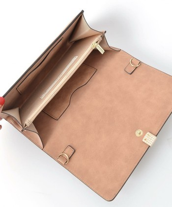 カードポケットが2ヶ所に付いているので、よく使うクレジットカードやキャッシュカードを入れておけば予想外のお買い物にも対応できますね。