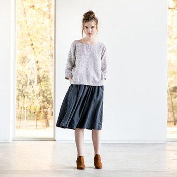 フレアスカートはシンプルに着こなすほど、大人っぽくまとまります。合わせるカラーも大人っぽい落ち着きのある色をベースにするのがポイント。それでは、早速カラー別に参考コーデをご紹介していきます。