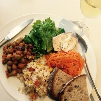 「軽く食事したい」という方にヘルシーなデリプレートはいかが?玄米のサラダなど家でも真似したくなるメニューが揃っています。